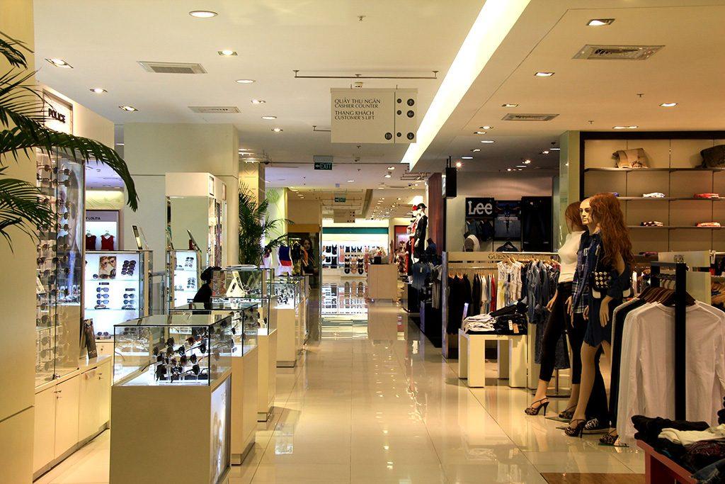mua-hang-nuoc-ngoai-tai-cac-trung-tam-thuong-mai-1024x683 Tại sao khi mua hàng nước ngoài giá rẻ hơn khi mua tại các TTTM ở Việt Nam